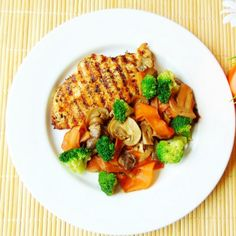 Chicken Breast with Vegetables. This is a healthy delicious low-calorie and easy to make Chicken Breast with Vegetables. Low Calorie Chicken Recipes, Food Hub, Grilled Chicken, Vegetable Recipes, Gluten Free Recipes, Celery, Poultry, Frozen, Vegetables