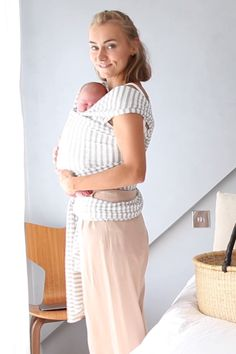 So trägt man ein Neugeborenes in einem elastischen Tragetuch. Wichtig ist noch,… How to carry a newborn in an elastic sling. It is still important to pay attention to the M-seat (feet and buttocks sit below the knees – this looks like an M)! Baby Design, Baby Boy, Baby Wrap Carrier, Baby Sling Wrap, Baby Carrier Newborn, Baby Wraps, Everything Baby, Baby Kind, Future Baby