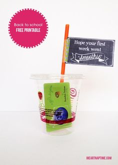 Back to school teacher gift. Free printable smoothie gift card holders and tags. Such a cute and easy gift idea! Easy Gifts, Creative Gifts, Homemade Gifts, Staff Gifts, Teacher Gifts, Teacher Treats, Printable Gift Cards, Free Printable, School Gifts