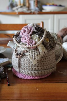 vintage cosy This is gorgeous! Loom Knitting, Knitting Patterns, Crochet Patterns, Knitting Ideas, Crochet Kitchen, Crochet Home, Teapot Cover, Knitted Tea Cosies, Glue Gun Crafts