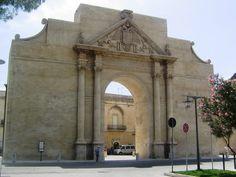 Porta Napoli:la porta, realizzata nel 1548, rientra nel progetto di ricostruzione delle mura urbane per difendere la città dalle incursioni turche. Essa è costituita da una grande arcata a tutto sesto, fiancheggiata da due colonne con capitelli corinzi e sormontata da un timpano triangolare.