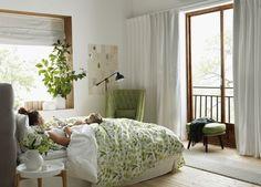 En ledig morgon kan man ha livets viktiga samtal om stort och smått. Här i Agnes sprakande grönska. Bedroom, House Styles, Furniture, Home Decor, Dekoration, Decoration Home, Room Decor, Bedrooms, Home Furnishings