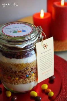 Gasztroajándék: csokis-áfonyás süteménykeverék, azaz cookie in a jar Cookie Jars, Cookie Mixes, Fondant, Diy And Crafts, Deserts, Spices, Food And Drink, Christmas Decorations, Birthday Cake