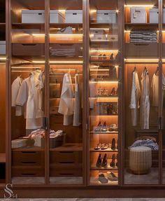 Closet feminino: 60 propostas para organizar as roupas com estilo - stylish clothes Wardrobe Room, Wardrobe Design Bedroom, Closet Bedroom, Master Closet, Glass Wardrobe, Man Closet, Dressing Room Closet, Dressing Room Design, Walk In Closet Design