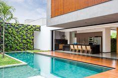 Projetada por CF Arquitetura, esta casa contemporânea traz saídas inteligentes para unir os espaço e trazer conforto para a jovem família