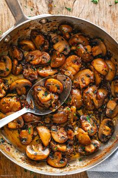 Nov 2019 - Garlic Butter Mushrooms Skillet – These are INSANELY addictive! With minimal ingredients and ready in no time, these onion garlic butter mushrooms are the side dish everyone will raves about … Side Dish Recipes, Vegetable Recipes, Dinner Recipes, Healthy Eating Tips, Healthy Recipes, Healthy Snacks, Garlic Butter Mushrooms, Vegetable Drinks, Mushroom Recipes
