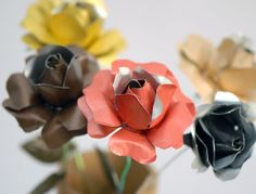 Recycled flowers with coffee capsules. Fake Flowers, Diy Flowers, Felt Crafts, Diy And Crafts, Bijoux Diy, Fabric Jewelry, Craft Projects, Recycling, Christmas Ornaments