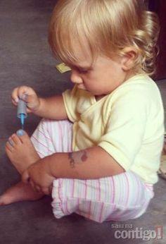 Carolinie Figueiredo publica foto da filha, Bruna Luz, pintando as unhas