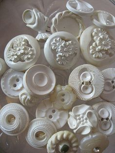Tutorial for pc buttons. Can be used as buttons or beads. Button Art, Button Crafts, Sewing A Button, Sewing Notions, Haberdashery, Vintage Buttons, Pin Cushions, Vintage Sewing, Making Ideas
