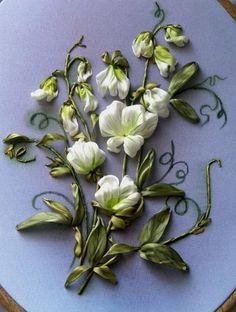 broderie au ruban, fine broderie de fleurs blanches