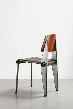 Jean Prouvé - Cafétéria (1950), cadeira desmontável com chapa de aço dobrado e madeira compensada