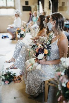 Sparkly bridesmaids dresses? Sparkly mask. ✅ picture by Gione da Silva