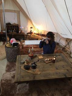 「グランピング」と聞いても、どう楽しむのかまだピンと来ない人もいるはず。そこで実際にグランピングを楽しんでいる2家族にその魅力やお気に入りのアイテムなど、こだわりのスタイルを教えてもらった。 Tent Living, Bus House, Bell Tent, Camping Style, Outdoor Fashion, Bushcraft, Outdoor Camping, Van Life, Glamping