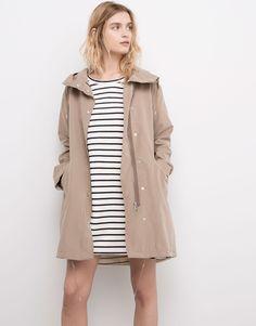 http://www.pullandbear.com/es/es/mujer/abrigos-y-parkas/parka-larga-capucha-c359505p100037024.html