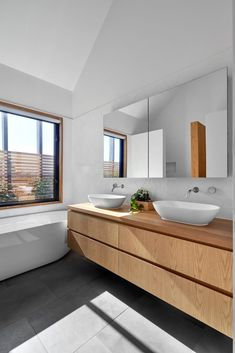 Melbourne Design Studios have used biophilic principles to artfully integrate their latest urban residential project, Slate House, to the surrounding natural environment to provide a greater level of Bathroom Design Luxury, Modern Bathroom, Small Bathroom, Modern Contemporary Bathrooms, Family Bathroom, Laundry In Bathroom, Bathroom Design Inspiration, Bathroom Renos, Interior Exterior