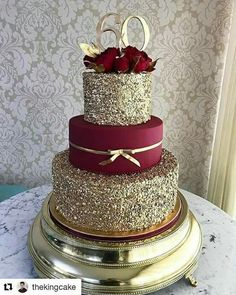 These Gold Wedding Cakes Ideas will help you choose your cake on your historic day. Because gold symbolizes prosperity, glory, can make your wedding cake look elegant and glamorous… Pretty Cakes, Beautiful Cakes, Amazing Cakes, Quinceanera Cakes, Quinceanera Ideas, Quinceanera Decorations, Wedding Decorations, Quinceanera Dresses Maroon, Sweet 15 Quinceanera