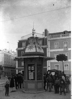 Lisboetas - Ontem e hoje Muitos não saberão que este pequeno... Kiosk Design, In Vino Veritas, The Old Days, Portugal Travel, Amazing Destinations, Old Pictures, Portuguese, Time Travel, Big Ben