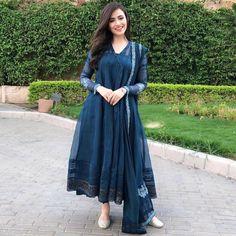 Sana Javed giving us major dressing goals Pakistani Dresses Casual, Indian Gowns Dresses, Pakistani Dress Design, Ethnic Outfits, Indian Outfits, Stylish Dresses, Fashion Dresses, Indian Designer Suits, Kurta Designs Women