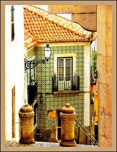 Alfama quartier @ Lisbon - PORTUGAL. O mais antigo bairro da cidade e um dos mais pitorescos, ainda conserva a sua milenar atmosfera. The oldest district of the city and one of the most picturesque, stills with it millennial ambience.