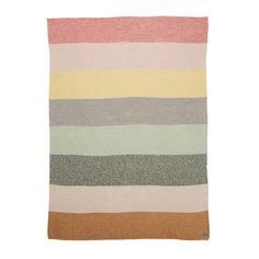Die OYOY Wolldecke Pearl ist quer gestreift. Acht Blockstreifen verlaufen von oben nach unten in unterschiedlichen Farben. Alle Farben harmonieren mit den schönen Kissen aus der Pearl Serie. Die herrlich weiche Wolldecke ist im...