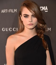 Cara Delevingne swapped her honey blonde locks for a darker hue. CD debuted her look at last night's LACMA gala in LA and I do quite like this look as it flatters her skin tone and goes well with her brows.