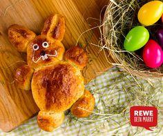 Na, wer hoppelt denn da über den Küchentisch? Ihr wollt zu #Ostern mal was anderes backen als den traditionellen #Osterzopf? Versucht doch mal einen süßen Butterzopf! #InspirationderWoche #Osterhase. #Häschen #Hoppelhase #sosüß #solecker #backenmachtspaß #REWE #deinMarkt