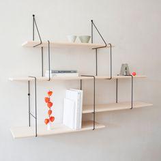 Cette étagère Link est un concept de rangement original proposé par le designer berlinois Jörg Höltje. Composée d'acier et de bois massif, Link est un système d'étagères complètement modulables.