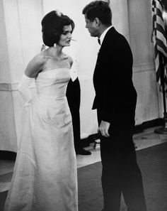 President John Kennedy and wife Jackie Kennedy at a state dinner. Jacqueline Kennedy Onassis, Estilo Jackie Kennedy, Jaqueline Kennedy, Les Kennedy, Carolyn Bessette Kennedy, John Kennedy Jr, Estilo Glamour, Jfk Jr, Estilo Real