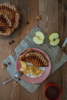 Nusswaffeln mit karamellisierten Äpfeln