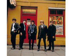 Sur Denmark Street, dans le centre de Londres, en 1964. http://www.vogue.fr/culture/a-lire/diaporama/les-rolling-stones-une-integrale-photo-chez-taschen/21529/image/1119384#!sur-denmark-street-dans-le-centre-de-londres-en-1964