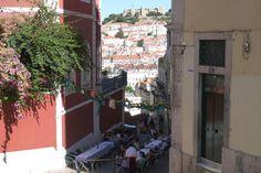 Pourquoi j'aime Lisbonne   Via Detours du Monde Blog   06/07/2015 Ah, Lisbonne ! Vous me dites si je vous en parle trop, hein ? シ ...je vous propose un billet-déclaration d'amour. Cette ville, je l'aime à distance. Et cela dure depuis 1998, date où mon père m'a emmenée à Lisbonne à l'occasion de l'Exposition universelle. Depuis, je ressent le besoin d'y passer quelques jours chaque année. Car Lisbonne est la ville la plus agréable d'Europe. Enfin, cela reste un avis très personnel. #Portugal