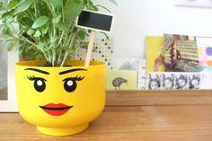 Boite Lego fille en pot de fleurs.
