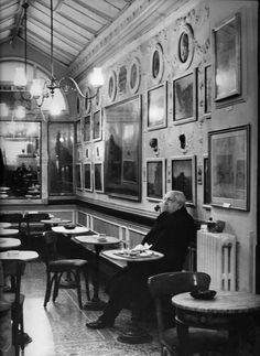 Giorgio de Chirico al Caffè Greco. Roma Art Nouveau, Art Deco, Best Espresso, Artists And Models, Coffee Design, Magnum Photos, Portraits, Love Photography, Artist At Work
