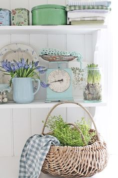 27 Country Cottage Style Kitchen Decor Ideas to Make You Fall in Love with Your Kitchen Again Cocina Shabby Chic, Shabby Chic Kitchen, Shabby Chic Style, Shabby Chic Decor, Vintage Decor, Kitchen Decor, Kitchen Clocks, Life Kitchen, Design Kitchen