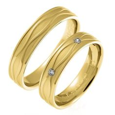 885 Argollas de matrimonio en oro blanco una de ellas martillada