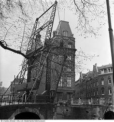 Opgehaalde brug over de Kloveniersburgwal bij de Staalstraat ter afsluiting van de Jodenbuurt tijdens de eerste razzia's, Amsterdam (februari 1941)