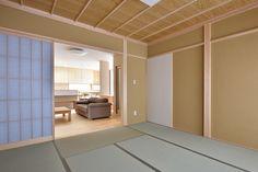 8畳の和室。玄関から直接お客様を通すことができます。両面障子を開ければLDKとつながり、一層空間が広がります。