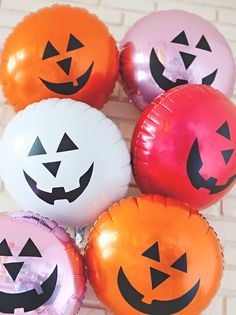 Pumpkin balloons you say? Let's DIY these jack-o-lantern pumpkin balloons in all our favroite colors for easy floating Halloween decorations Halloween 2018, Diy Halloween, Halloween Balloons, Easy Halloween Decorations, Halloween Party Games, Halloween Ornaments, Halloween Birthday, Balloon Decorations, Amazing Pumpkin Carving