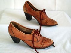 (My Favorite!) vintage oxford wingtip booties. brown leather. brogue style. lace up. short heel. womens size 6 1/2