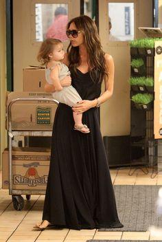 Cómodo y elegante es este #outfit, un vestido o una falda larga con #flats o sandalias harán que te sientas guapa y muy agusto.