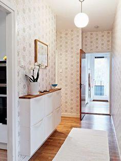 perfecte schoenenkast in de hal! Ikea?? Erg mooi zo met die houten plank!