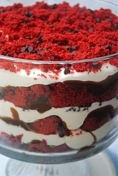 Red Velvet Dirt Cake Trifle - alternate layers of red velvet cake chunks, chocolate ganache, and mascarpone frosting - topping with sprinkling of chocolate chips and crumbled cake. Dirt Cake, Think Food, I Love Food, Yummy Treats, Sweet Treats, Yummy Food, Just Desserts, Dessert Recipes, Trifle Desserts