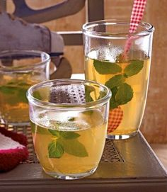 Heißer Hugo Rezept | Zutaten für 8–10 Gläser 1,5 l trockenen #Weisswein ca. 350 ml #Holunderbluetensirup abgeriebene Schale und Saft von 1 Bio-Limette 8 Zweige #Minze
