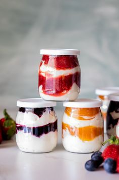Easy breakfast yogurt and fruit cups - Simply Delicious Easy breakfast yogurt fruit pots<br> These easy make-ahead breakfast yogurt cups with home-made fruit compote are perfect for grab-and-go breakfasts on busy mornings. Yogurt Breakfast, Grab And Go Breakfast, Best Breakfast, Fruit Cups, Yogurt Cups, Eat Fruit, Fruit Yogurt, Yogurt Parfait, Frozen Yogurt