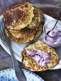 Svenskerne laver noget, de kalder Kesoplätter. Keso er hytteost, og det har ikke tidligere været specielt velkomment i mit køkken, og derfor har jeg aldrig ulejliget mig til at finde ud af, hvad de… Healthy Cake, Healthy Baking, Healthy Snacks, Springform 20 Cm, Breakfast Recipes, Snack Recipes, Baking Recipes, Crepes And Waffles, Pancakes