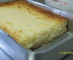 No liquid, bata o aipim picado com os ovos, a margarina, o leite de coco e o leite Coloque em uma tigela e misture o coco e o açúcar Asse em tabuleiro untado 1 kg de aipim sem casca picado 3 ovos 200 ml de leite de coco 100 g de coco ralado em flocos 2 colheres de margarina 3 xícaras de açúcar 2 copos tipo requeijão de leite