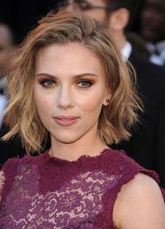 Scarlett Johansson never met a bold beauty look she didn't love. Revist all of ScarJo's most iconic hair and makeup moments. Short Textured Haircuts, Short Blonde Haircuts, Long Bob Hairstyles, Trendy Hairstyles, Layered Hairstyles, Textured Bob, Medium Short Hair, Short Wavy Hair, Medium Hair Cuts