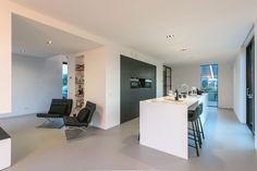 Modern Villa interior/ kitchen in Maasluis, Holland by JURY! Architecture . Urbanism . Design | Open keuken met Hi-Macs/Corian kookeiland met bar. Zit hoek bij open haard met Knoll Barcelona Chairs | Kookeiland, keuken, open keuken, bar, open haard, gietvloer, Corian, Hi-Macs, moderne keuken, interieur, architect Rob Reintjes, JURY! Modern House