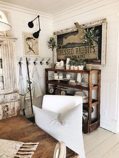12 Rustic Farmhouse Living Room Furniture Images for the house of your dreams! Farmhouse Living Room Furniture, Farmhouse Decor, Farmhouse Style, Vintage Farmhouse, Modern Farmhouse, Shabby Chic, Country Style Homes, Cottage Style, Dining Room Design