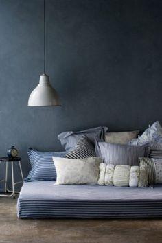 beaucoup d' oreillers sur un très grand lit